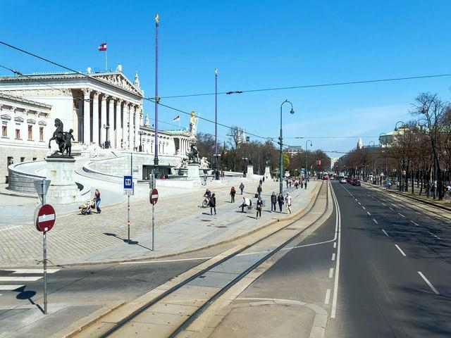 Sicht aufs Parlament, rechts der Volksgarten.