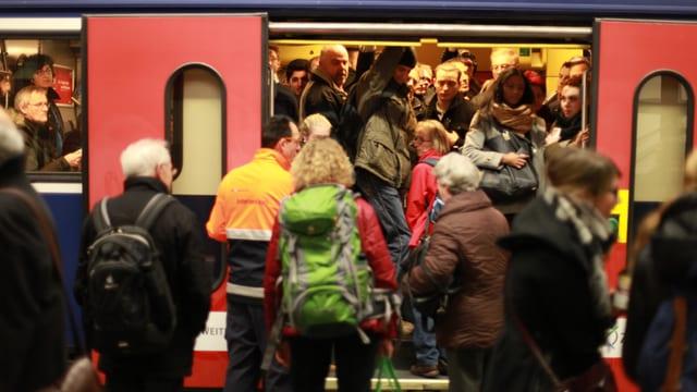 Pendler drängen in einen SBB-Zug