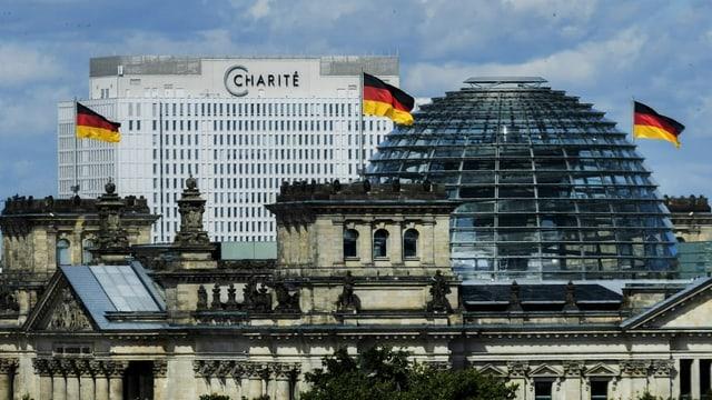 Totale auf den Neubau der Charité mit dem Bundestag im Vordergrund.