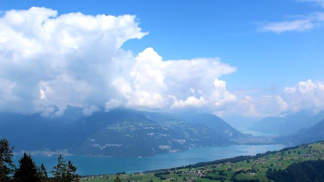 Quellwolken türmen sich über den Gipfeln auf.