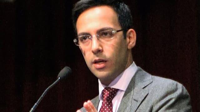 Ali Vaez an einem Rednerpult