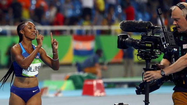 Ein Kameramann filmt eine Sportlerin.