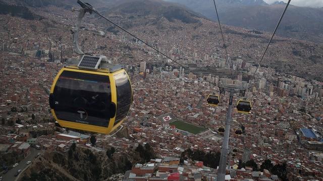 Eine Gondelbahn über der Stadt La Paz.