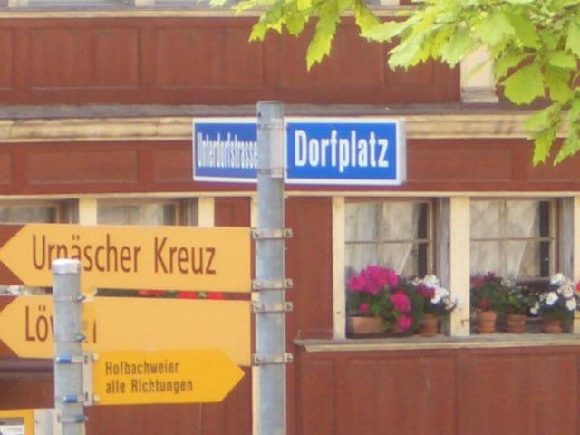 Als erstes wird der Dorfplatz besichtigt.