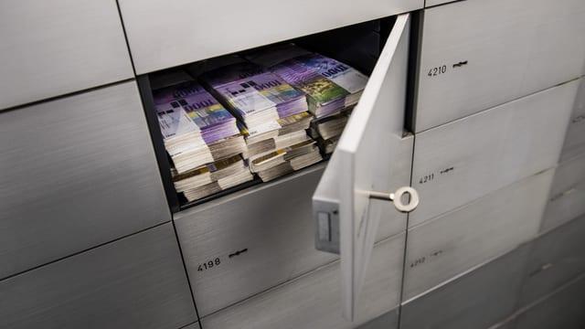 Ina chascha da segirtad en ina banca cun en bancnotas da milli.