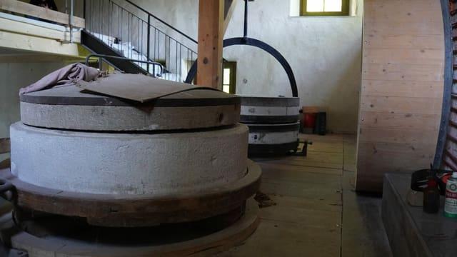 Die Mühlsteine im Innern des Gebäudes.