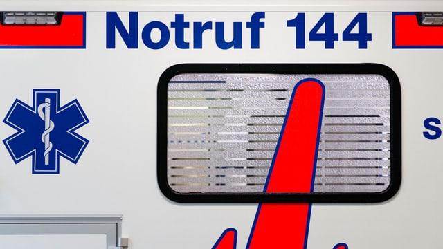Seite eines Rettungswagen mit der Aufschrift «Notruf 144»