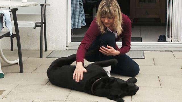 Video «Mit sechs Beinen im Leben - ein lebenswertes Leben dank Hilfshund» abspielen