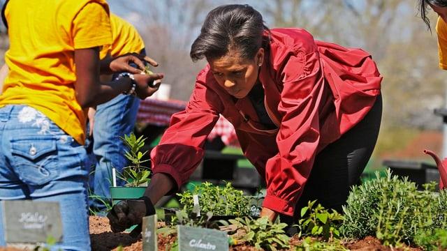 Michelle Obama mit Kindern in ihrem Gemüsegarten.