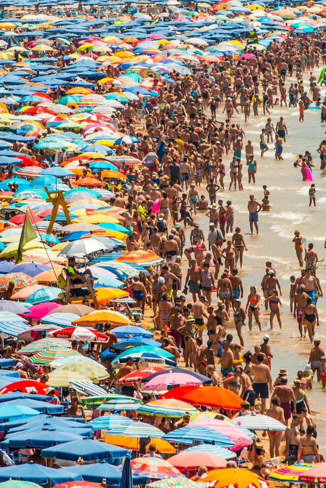 Ein völlig überfüllter Strand.