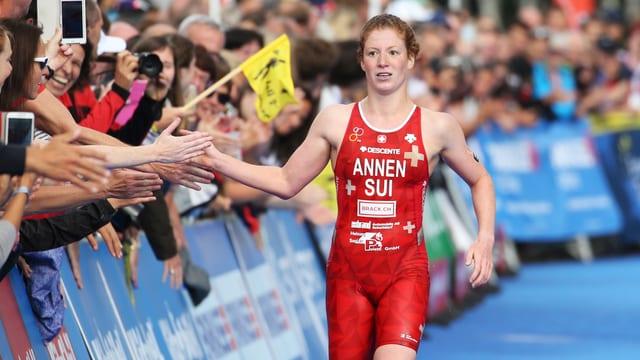 Jolanda Annen erreicht das Ziel in Kitzbühel.
