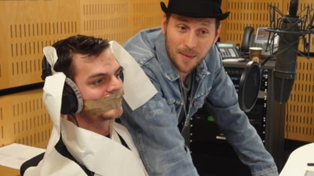 Moderator Robin Rehmann wird von der Band Beatsteaks gefesselt