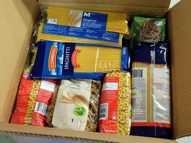 Paket mit verschiedenen Nudeln drin