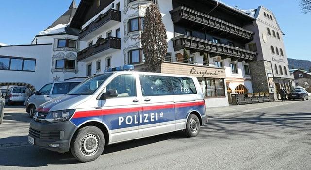 Purtret d'in hotel e davant in auto da polizia.