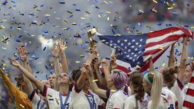 Amerikanerinnen feiern ihren Pokal