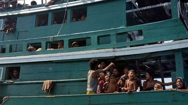 Ein Boot voller Leute