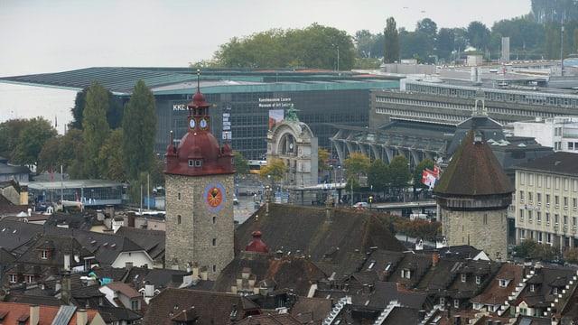 Blick über Häuser der Stadt Luzern, hinüber zum Kultur- und Kongresszentrum.