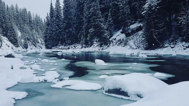 Verschneite Flusslandschaft bei Chapella.