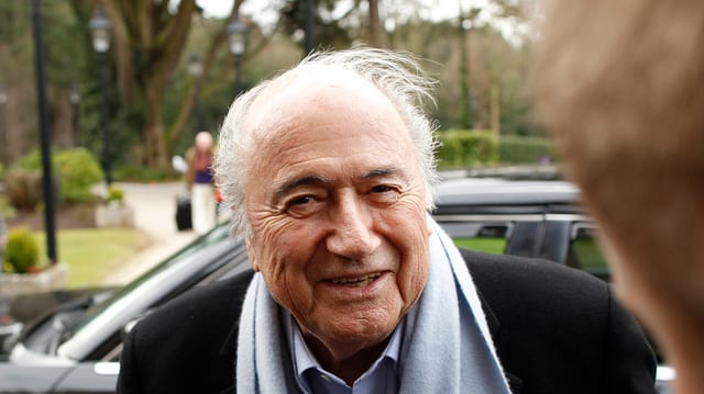 Sepp Blatter stat avant in auto.