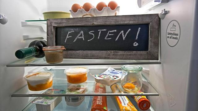 Schiefertafel in einem Kühlschrank als Erinnerung ans Fasten