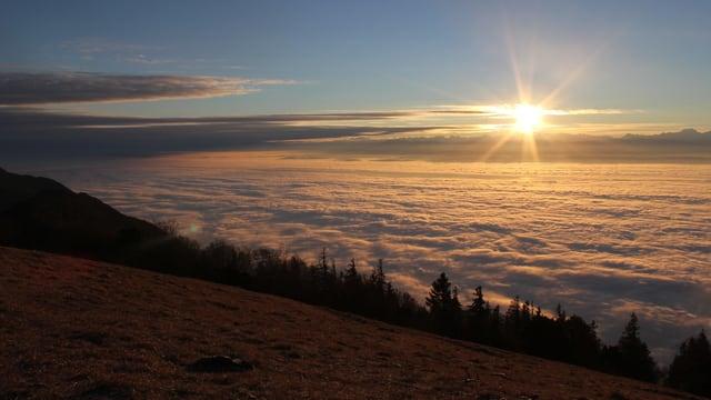 Sonnenaufgang auf der Hasenmatt mit Blick auf das Nebelmeer über dem Mittelland.