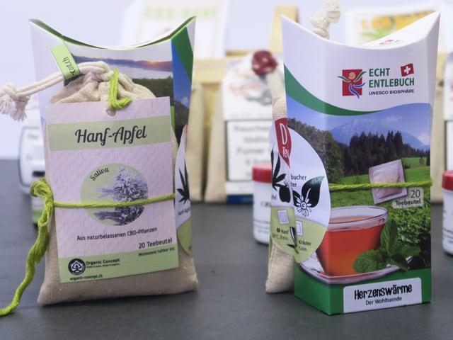 Biologisch produzierte Produkte in Papiersäckchen auf einem Tisch.