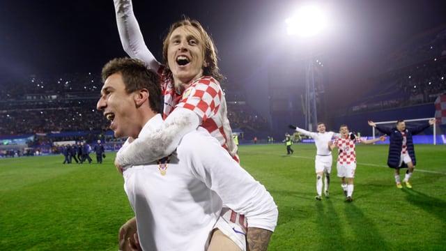 Mario Mandzukic (l.) und Luca Modric werden gegen die Schweiz auflaufen.