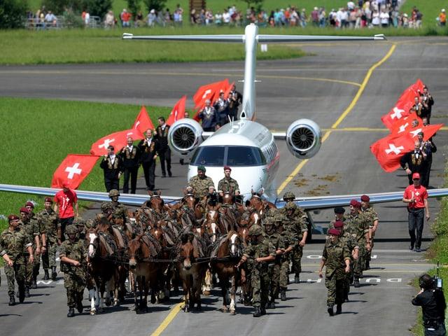 Rösser von der Armee ziehen das Flugzeug