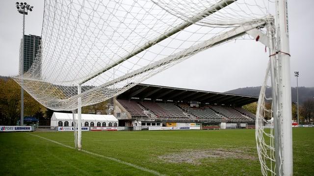 Ein Tornetz, dahinter das alte Stadion.