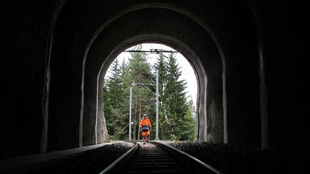 Mann geht auf Schienenstrang