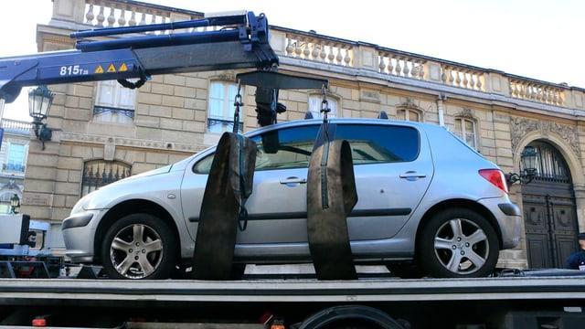 Ein Auto steht auf einer Ladefläche.
