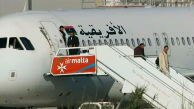 Adina dapli passagiers pon bandunar l'aviun rapinà ch'è s'atterrà a Malta.