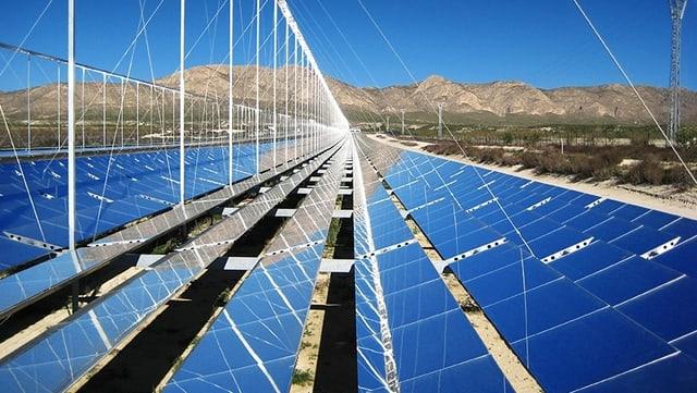 Ein Feld mit Solarzellen in Südspanien