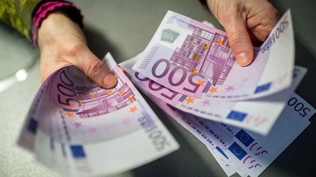 Frau hält 500-Euro-Noten