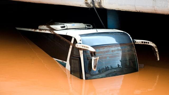 Ein überfluteter Reisebus in einer Unterführung von Nea Peramos in Griechenland.