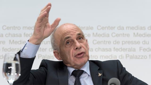 Ueli Maurer gestikuliert mit einer Hand an der Medienkonferenz im Bundesmedienzentrum.