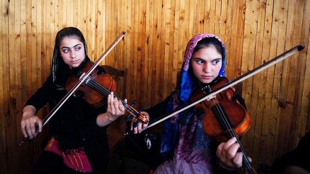 Diese afghanischen Mädchen lernen Geige.