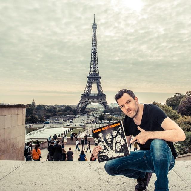 DJ pesa vor dem Eiffelturm mit LP «Bobby Boyd Congress»