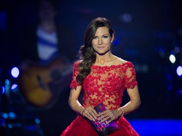 Viola Tami in einem roten Kleid auf der «Ich schänke Dir es Lied» Bühne