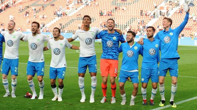 Die Wolfsburger lassen sich von ihren Fans feiern.