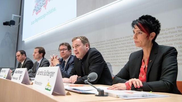 Die Initianten um SVP-Parteipräsiden Albert Rösti (Mitte).