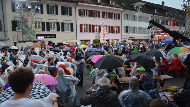 Trotz Regen - voller Dorfplatz in Olten!