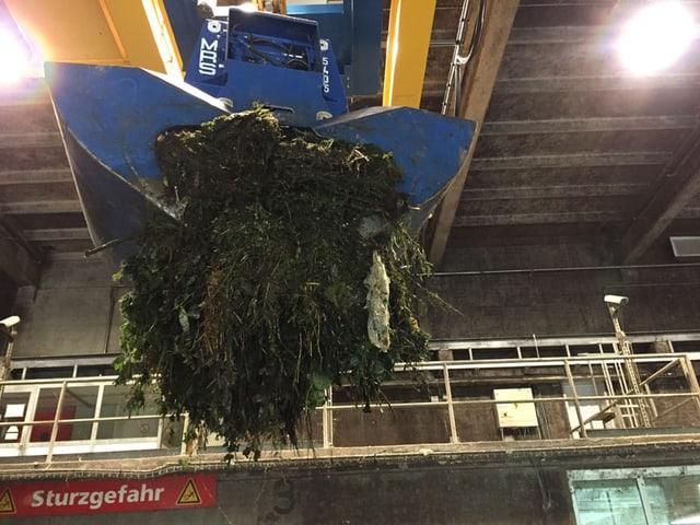 Grosser Kran-Arm gefüllt mit Kompost.