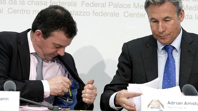 Walter Wobmann (SVP/SO) und Adrian Amstutz (SVP/BE, r) am Konferenzpult.
