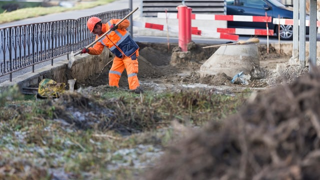 Arbeiter, welcher Sanierungsarbeiten durchführt.