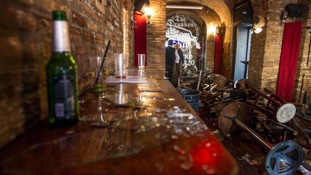 In einer Bar zerstörten die Rotterdammer Hooligans Mobiliar und Geschirr.