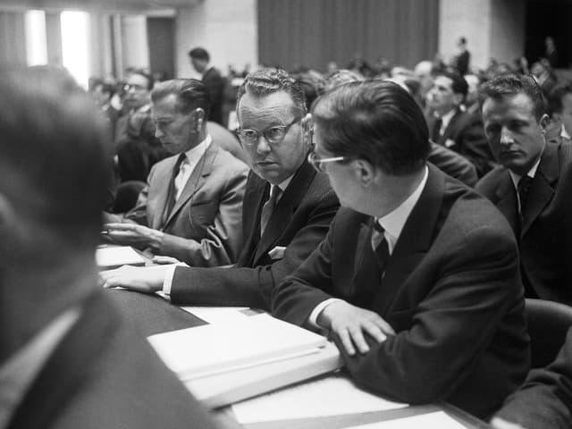Bundesrat Hans Schaffner, Mitte, nimmt am 16. Mai 1963 an der GATT-Konferenz in Genf, teil. (