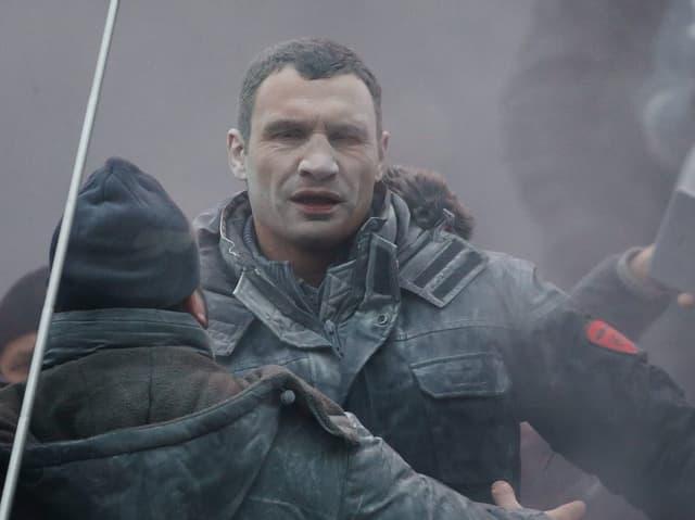 Oppositionsführer Vitali Klitschko wird an einer Kundgebung mit einem Staubfeuerlöscher besprüht.