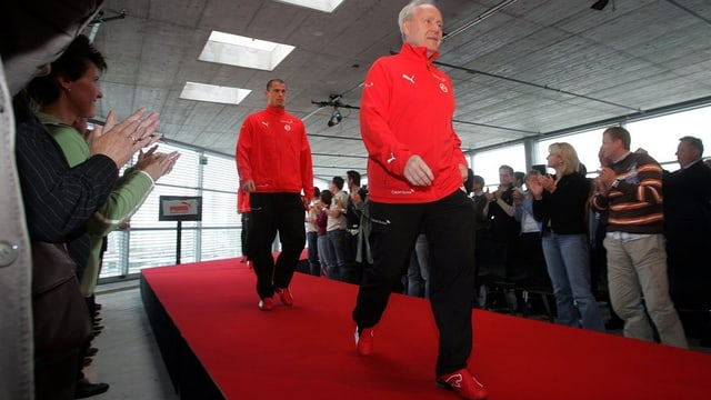 Köbi Kuhn läuft über einen roten Teppich, dahinter Publikum.