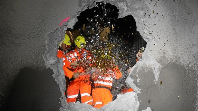 Loch in Betonmauer und Bauarbeiter